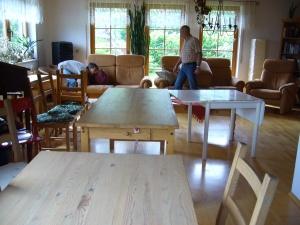 alle Tische, alle Stühle